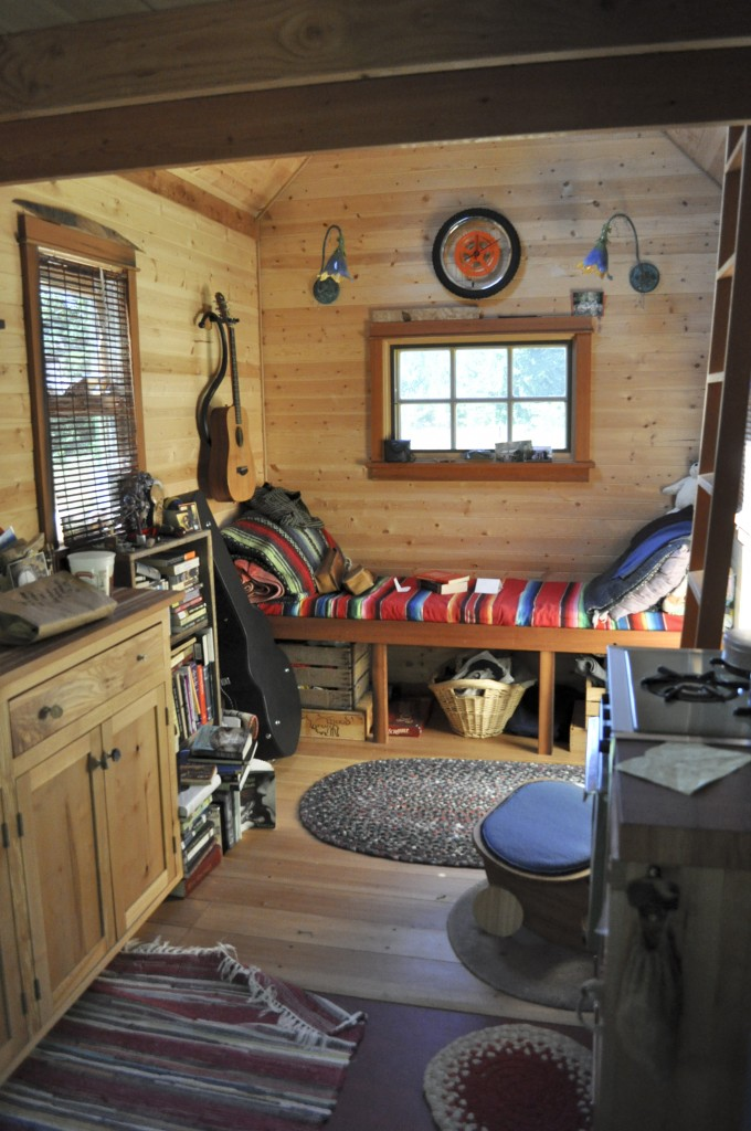 https://upload.wikimedia.org/wikipedia/commons/d/d5/Tiny_house_interior,_Portland.jpg